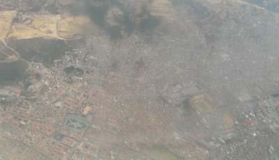 上空からクスコの町を見下ろす