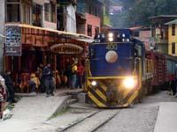 旧アグアスカリエンテス駅を通過する貨物列車