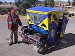 分岐点に待機する自転車タクシー