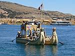 葦の観光船とすれ違う