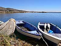 葦のボートと木製のボート