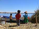 ウロス島の子供とボート