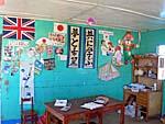 ウロス島の小学校の教室。日本語の書き初めが飾ってある