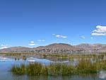 湖に山が反射する。
