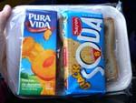 バスの軽食。サンドイッチとジュース