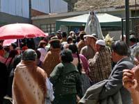 マリア様の像の前に集まる人々
