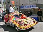 飾り付けられた車