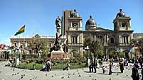 ムリリョ広場から大統領官邸を望む