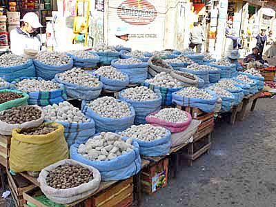 トゥンタなど乾燥ジャガイモ売り