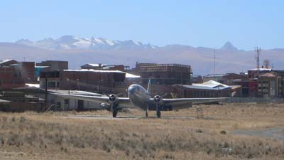 古い航空機が何機も放置されていて飛行機の墓場の様だったラパスの空港