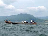ミャンマーに戻る人々の船