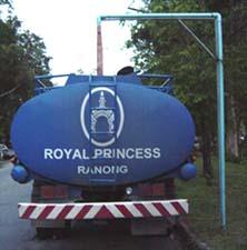ロイヤルプリンセスラノーンのタンクに温泉をくんでいるところ