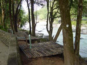 河原で涼みます