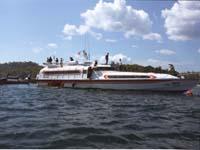 船に群がるボート