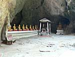 カオルワン洞穴入り口に並ぶ仏像