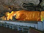 カオルワン洞穴内にある涅槃仏