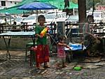 道路向こうから放水する子供