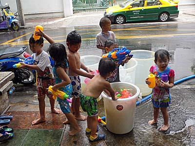 バンコクの街角にいたかわゆい水鉄砲隊