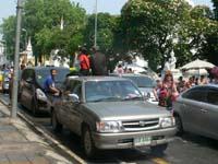 ターペー通りの一方通行で渋滞にはまるピックアップトラック隊