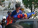 ピックアップトラックの上から水鉄砲を構える子供