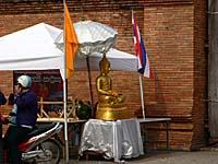ターペー門前に設置された仏像