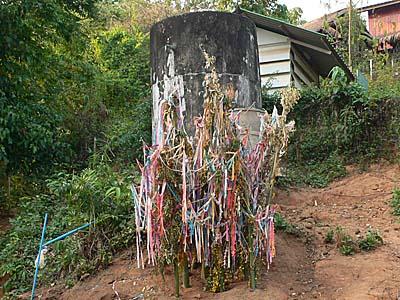 国王陛下が設置してくれた水ポンプを祀る。ラフ族のソンクラン