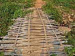 竹を編んで作った橋