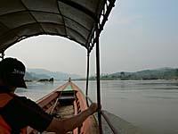 チェンコンの国境をゆくボートの中