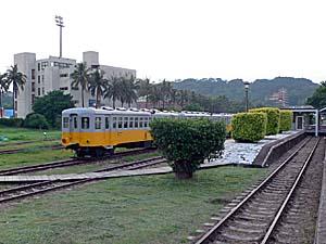 旧台東駅の駅舎に停泊している列車。