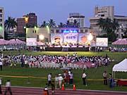台東体育場のグラウンドに設けられたステージ
