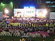 ステージ下で輪になって踊る人々。