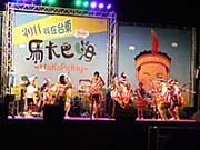 民族衣装を着て踊る少女