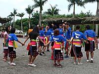 部落の青年たちの踊り