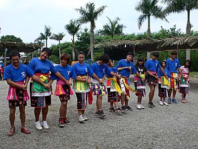 巴古崙岸部落の青年の踊り