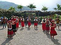 近所の村からきた別部族の踊り