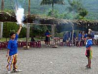 打ち上げ花火を片手に合図をするのは子供の役目