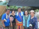 部落の主席と幹部のカナさんと記念撮影