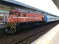 台東で見た列車。機関車が牽引しているタイプ