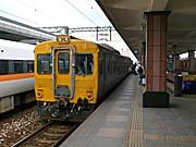 鈍行列車の背面。なぜか黄色い。