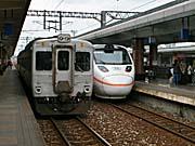 東海岸最新のタロコ号と最古の鈍行列車が並ぶ