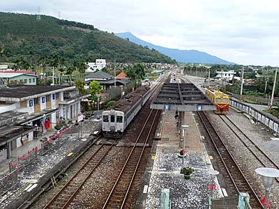 富源駅で北回り列車の通過まち