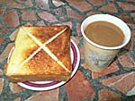 朝食のトーストとコーヒー