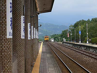 瑞穂駅に近づく自強号