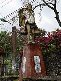 桃源村の役場前にあったブヌン族の像