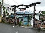 集落の家の門