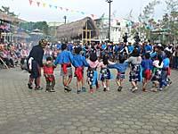 長老を囲んで踊る子供たち