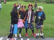 民族衣装を着た子供たち