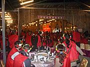 宝島台湾ツアーで食事をしながらショーを見る中国人観光客