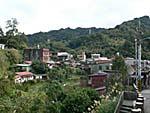 遠くから見ると山間の小さな町