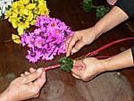 ロープに葉っぱと花を編み込む